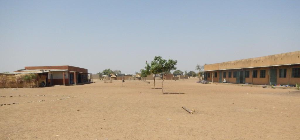 Les deux bâtiments de l'école de Bangou