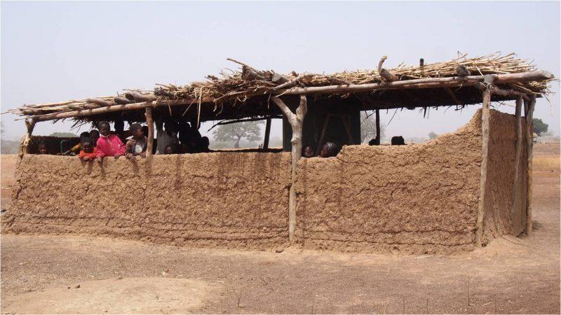 Burkina Entraide Ecole sous paillote
